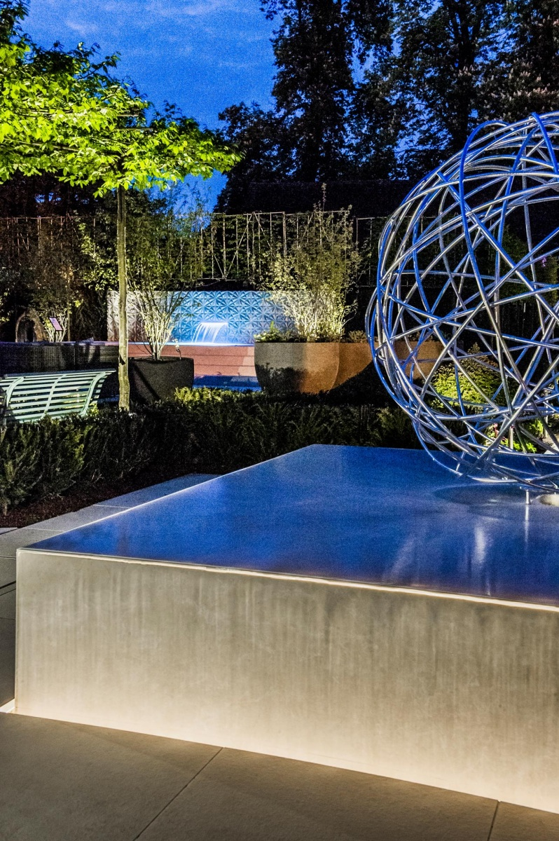 Water sculpture, garden spa, water blade and garden lighting in a contemporary garden, by Ann-Marie Powell, Hampshire.